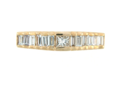 Anniversary band in yellow gold with diamonds.
