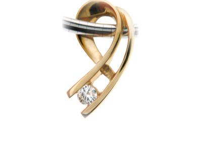 Diamond pendant in yellow gold.
