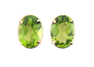 Oval cut peridot earrings in yellow gold.