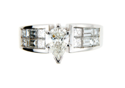 Pear cut diamond engagement ring in white gold.