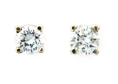 Round brilliant cut diamond stud earrings in yellow gold.