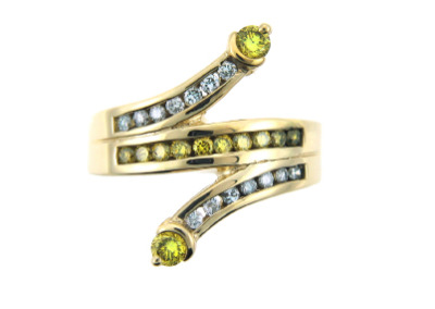 Yellow and white diamond ring in yellow gold.